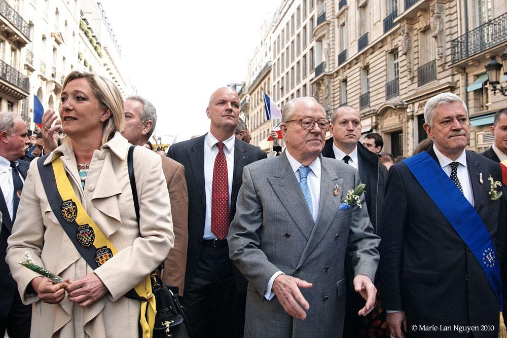 中央を歩く眼鏡の老紳士が極右FNの創始者ジャン=マリー・ル・ペン氏。左がその娘で現党首のマリーン・ル・ペン氏