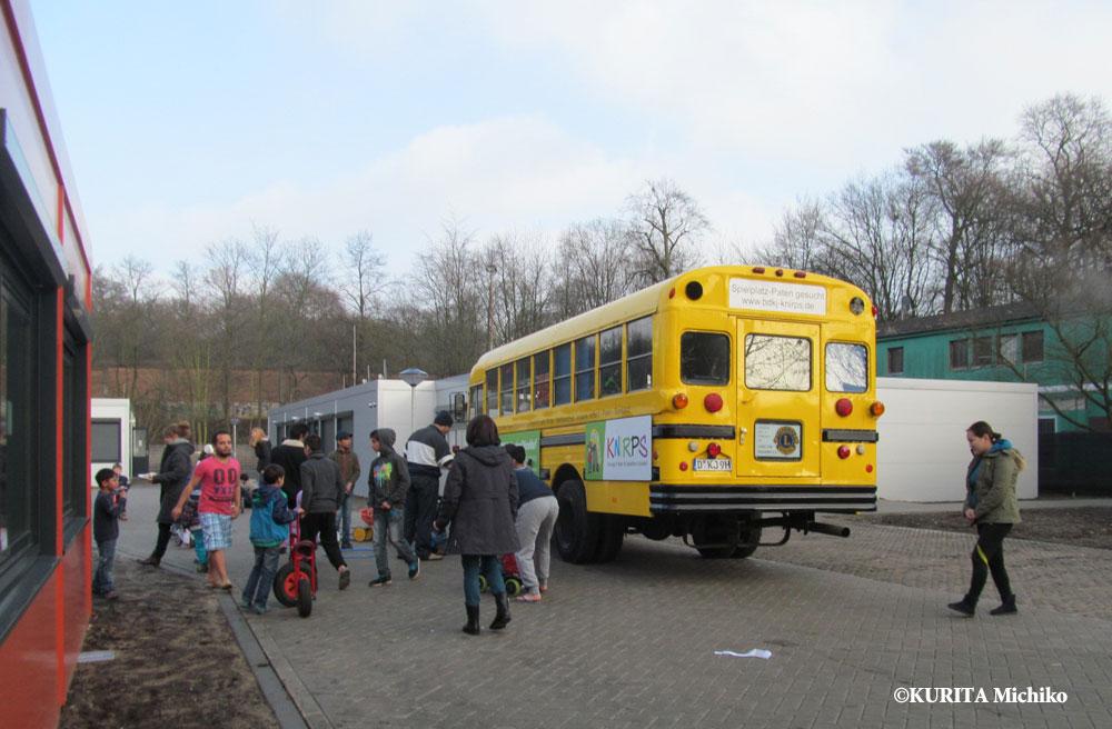 地域のボランティアグループが子供たちに三輪車などの遊具を貸出にやってくる