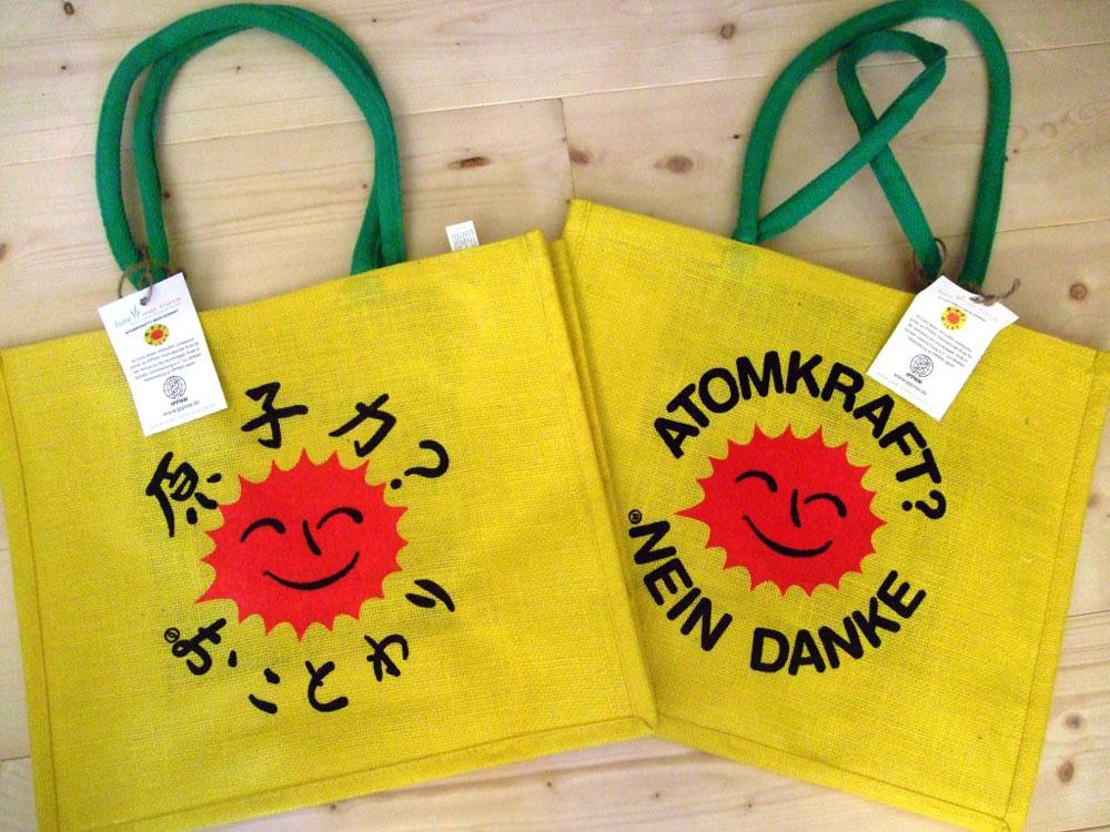 片面が日本語なので人気があり、デモのスタンドでとぶように売れたジュートバッグ。一枚につき50セントは日本のIPPNWに寄付される。©️KAWASAKI Yoko