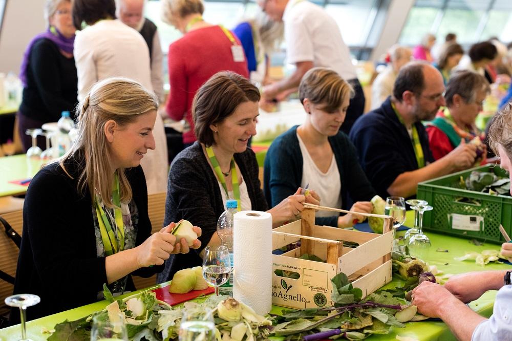 2016年年次総会でランチの準備をする出席者たち ©Johresversammlung 2016 by GLS