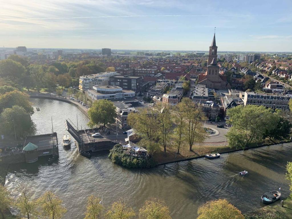 運河と跳ね橋のあるレーワルデンの街並み © RENZ, Franz