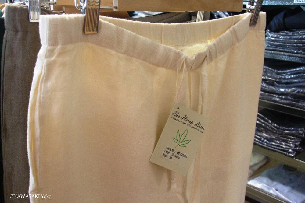 ヘンプ100%の衣類はまだ種類が少なく、オーガニックの綿や絹を4~5割混合した商品が多い。写真のヘンプ100%のズボンは税込みで89ユーロ(約1万円)。