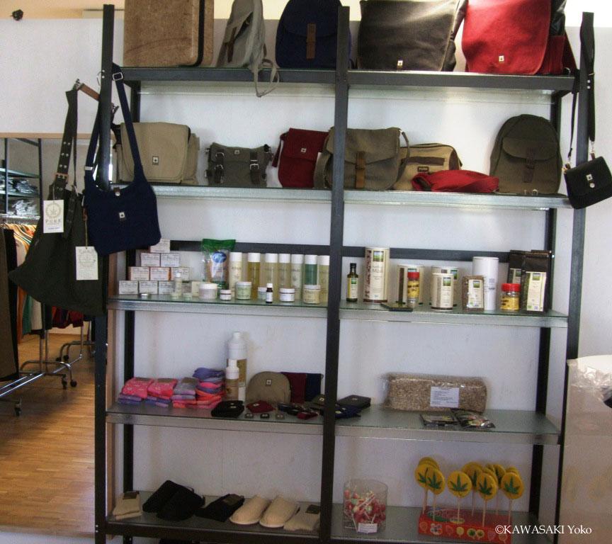 ヘンプ専門店ではバッグ、スリッパ、化粧品や食料品も買える。