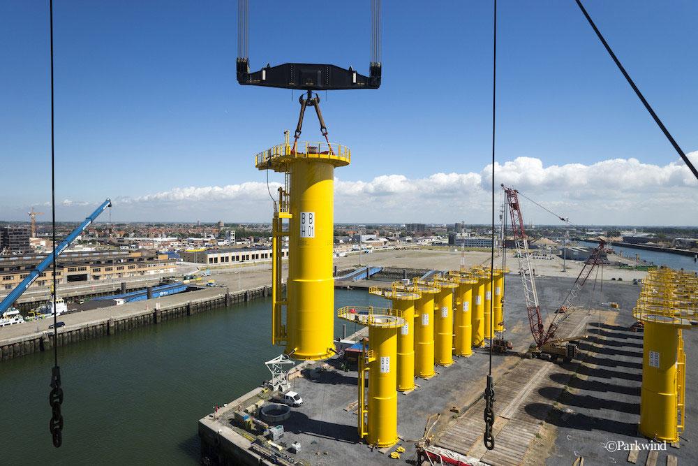 ベルギーオステンドの港に到着した風車の基礎部分 ©Parkwind
