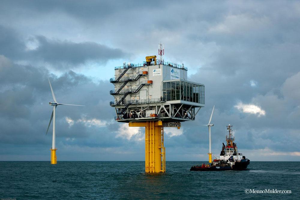 風車の基礎部分が海に建設される © MennoMulder.com