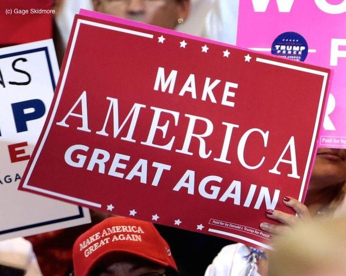 「素晴らしいアメリカを復活させる」のプラカード