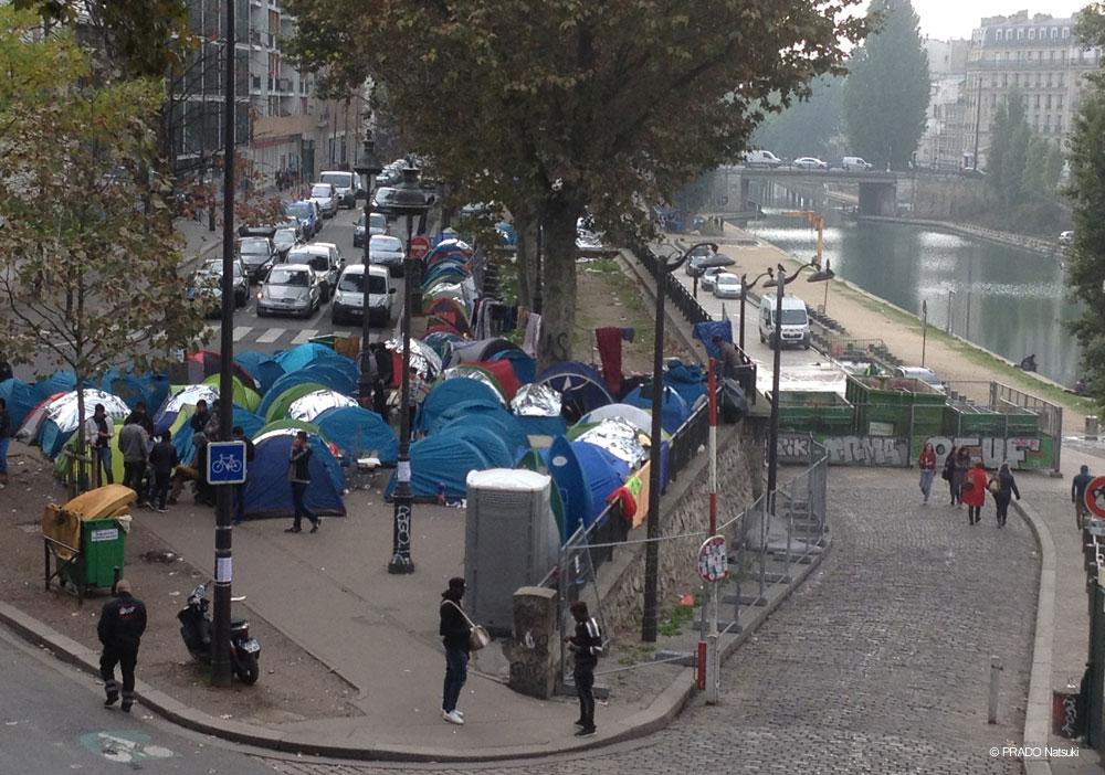 サン・マルタン河岸近くにもテントが並ぶ