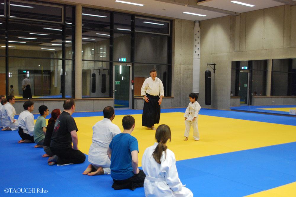 「武道の級や段も努力を評価するもので、ポイント制度の一例」と、合気道2段のレンツ教授