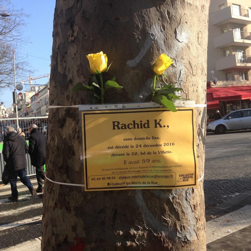 家の前の路上の木に黄色いバラを飾った張り紙があった。「ラシッド・K。ホームレス、2016年12月24日、ここヴィレット大通り52番地路上で逝く。享年59歳」。フランスには500万から880万人の貧困層がいると言われている。© PRADO Satsuki