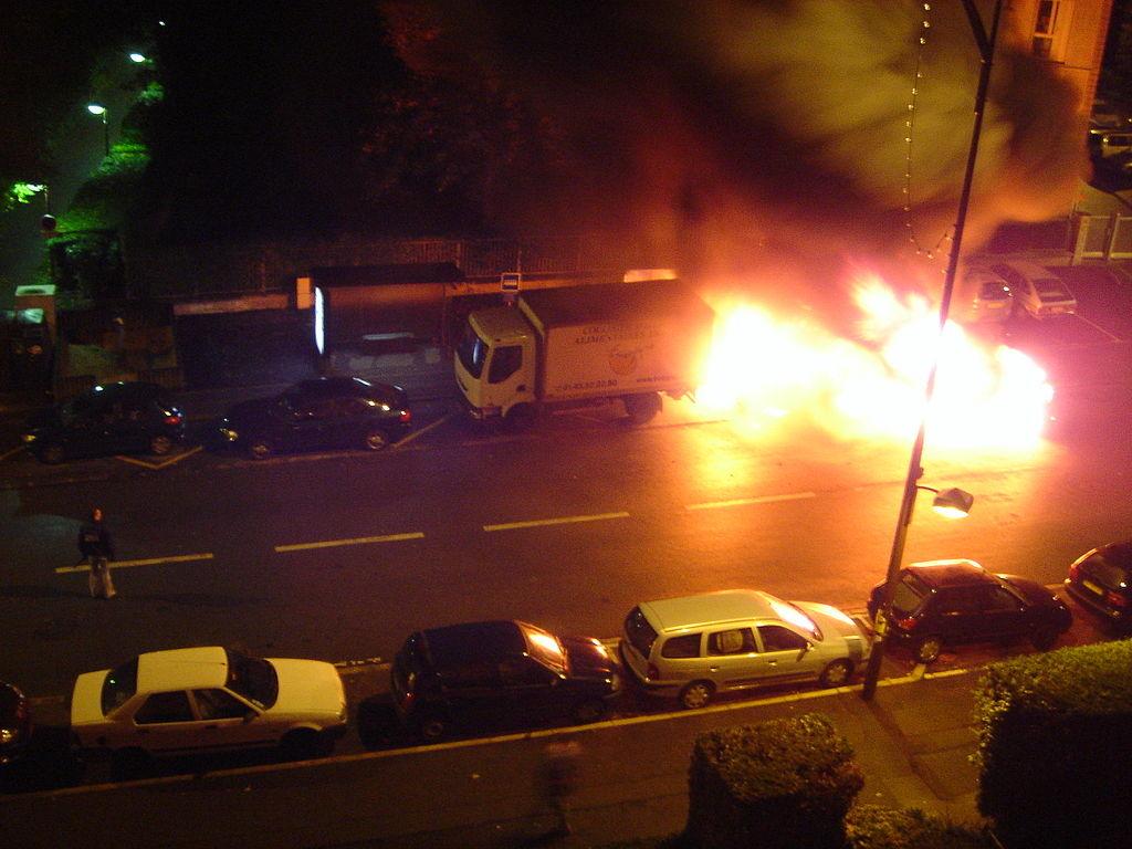 セーブル市にて。2005年の暴動で燃やされる車 ©bistoukeight 2005 - Wikimedia commons